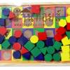 ร้อยเชือกบล็อกไม้รูปทรงเรขาคณิต และกระดานไวท์บอร์ด