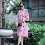 เดรสลายดอกสีชมพู ดาราใส่เยอะมากค่ะ ออกแนวมินิมอล เดรสตัวใหญ่ ใส่สบายๆ ใส่คลุมท้องได้ยันคลอดเลยค่ะ งานสวยมาก ทำจากผ้าชีฟองสีชมพู มีซับใน สกรีนลายดอกกุหลาบ ใส่น่ารักๆแบบคุณณิชา คุณเต้ยค่ะ