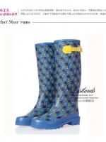 รองเท้าบูท LOSTLANDS รองเท้าบูทกันน้ำแฟชั่น สำหรับหน้าฝน พื้นสีฟ้าลายดอกไม้ สูง 38.50 ซม. (ตัวแทน 950บาท)