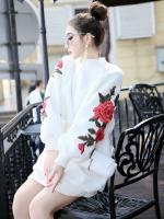 เสื้อผ้าแฟชั่นฤดูหนาว เสื้อกันหนาวคอกลมผ้าขนแกะ ปักลายดอกไม้ที่แขนทั้ง 2ข้าง มี 3สีคือ ขาว กากี และดำค่ะ