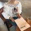 เสื้อลูกไม้คอผูกโบว์ปรับระดับได้ตามต้องการ แขนยาวแบบจั๊ม ปักลายกราฟฟิคดอกได้ สไตล์พร็อพ มี 2 สีคือ ขาวและเทาค่ะ thumbnail 2