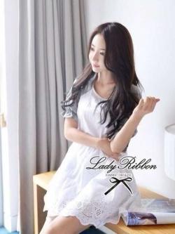 Lady Ribbon เดรสปักฉลุขาว ดีเทลแขนผ้ายืดสีเทา สม็อคเอว