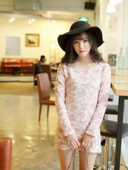 เดรสผ้าไหมพรม ด้านหน้าแต่งตาข่ายลายดอกไม้ สีชมพู