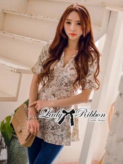 Lady Ribbon เสื้อคอวี พิมพ์ลายดอกไม้ สีครีม สีกรมท่า