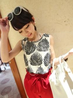 เสื้อแขนกุด ผ้าชีฟอง พิมพ์ลายใบไม้ สีดำ สวยเก๋