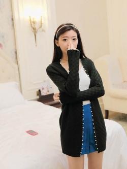 MisSweet เสื้อคลุมตัวยาวสีดำ ผ้าไหมพรมถักลายตาราง แต่งมุก