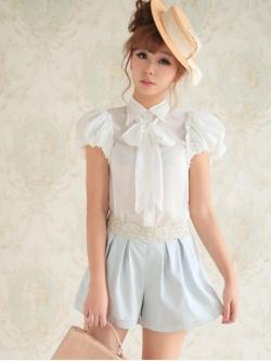 เสื้อแขนตุ๊กตา ผ้าไหมชีฟองสีขาว พร้อมผ้าผูกโบว์ที่คอ