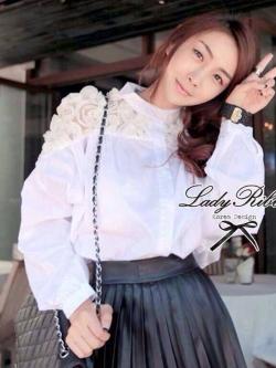 Lady Ribbon เสื้อเชิ้ตสีขาว แต่งดีเทลดอกกุหลาบช่วงไหล่