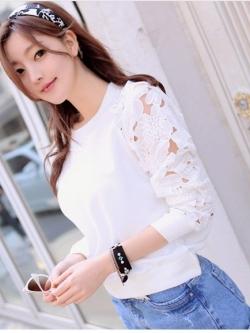 เสื้อแขนยาวสีขาว แขนเสื้อตัดต่อผ้าไหมพรมถัก