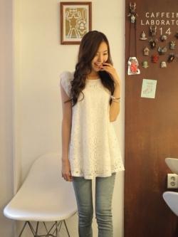 เสื้อตัวยาว ผ้าไหมพรมถักลายดอกไม้ แต่งระบาย สีขาว