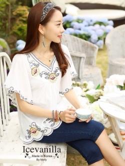 Ice Vanilla เสื้อตัวยาวสีขาว แต่งลายปักดอกไม้วินเทจ