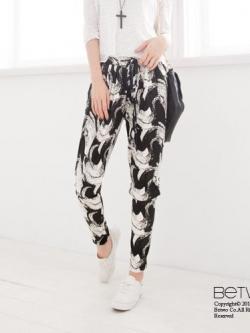 กางเกงห้าส่วนเอวยางยืด ผ้าพิมพ์ลายกราฟฟิก มีผ้าผูกโบว์