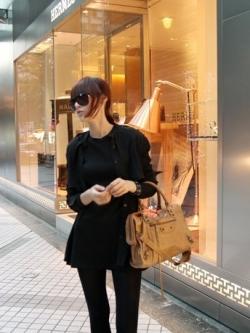 เสื้อตัวยาวสีดำ ผ้ายืดเนื้อผสม ทรงเข้ารูป ชายเสื้อบาน